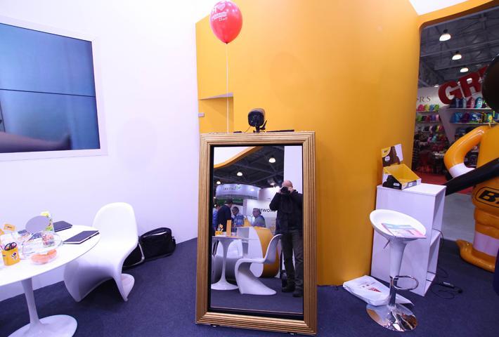 Селфи-зеркало для привлечения посетителей