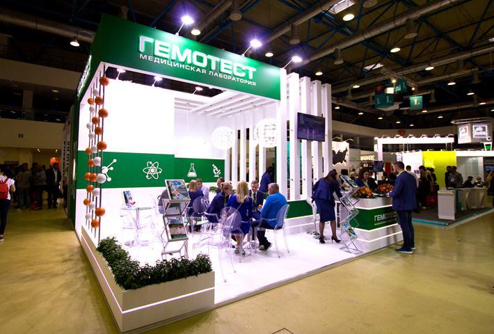 Бело-зеленый выставочный стенд