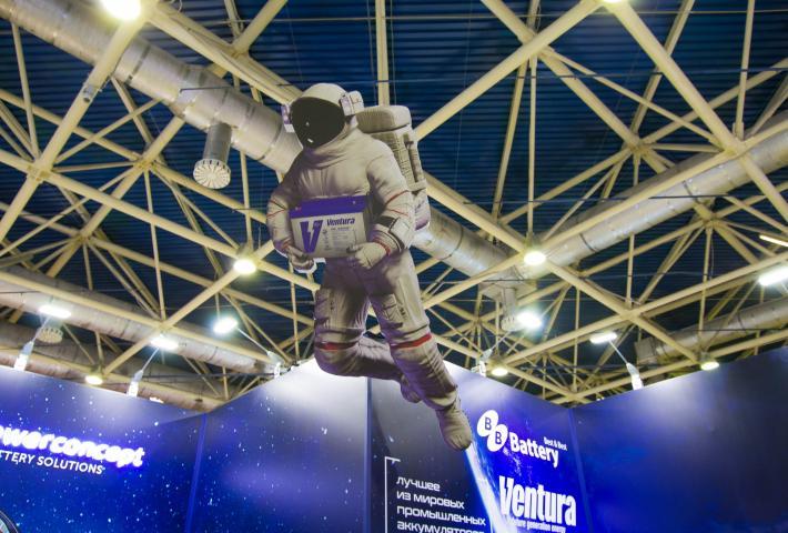 Фигура космонавта в дизайне стенда
