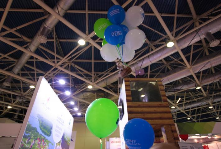 Инсталляция из шаров над выставочным стендом