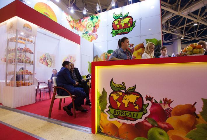 Яркий стол-респешн с печатью фруктов