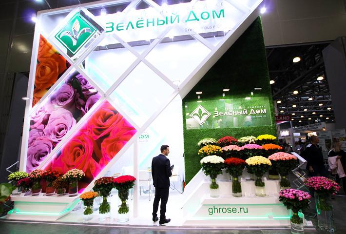 Большая выставочная застройка с розами